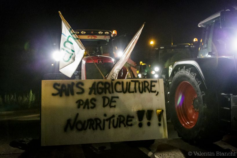 A tractor blocks the access to the Liège airport bearing a sign that reads 'No Agriculture, no Food' during a protest by dairy farmers against the low price of milk, Liège, Belgium. August 18th 2015 - © Valentin Bianchi