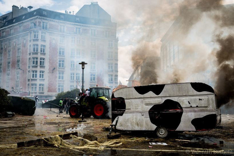 At the end of the protest, the stigma clashes between farmers and police forces are many. Here, a caravan abandoned by protesters on the Schuman roundabout in Brussels, Belgium. September 7h, 2015. © Valentin Bianchi