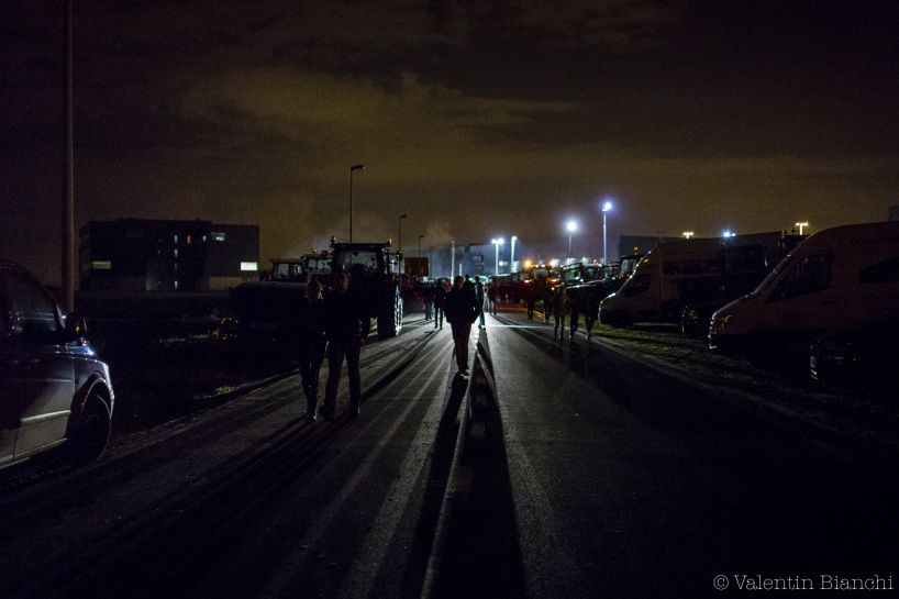 Dairy farmers block the access to the Liège airport during a protest against the low price of milk, Liège, Belgium. August 18th 2015 - © Valentin Bianchi